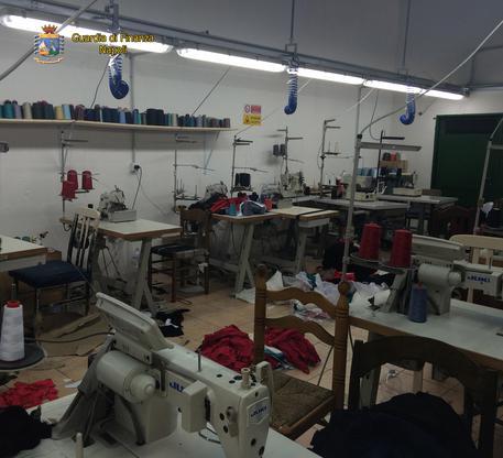 Una fabbrica clandestina nascosta in una casa privatasequestrata dalla Guardia di Finanza a Napoli