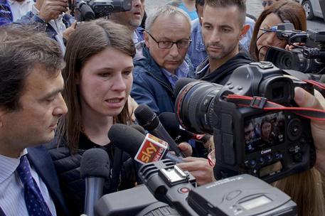 Omicidio Fortuna, familiari bambina si scagliano contro i mezzi della polizia. E i pm chiedono il processo per Caputo