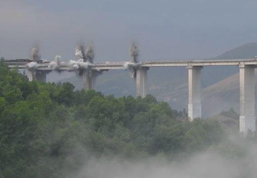 L'Anas demolisce con l'esplosivo il viadotto Italia
