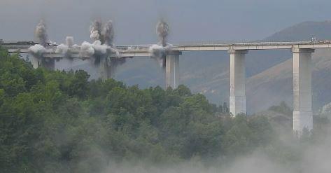 Due campate del viadotto Italia abbattute con l'uso di esplosivo tra Calabria e Basilicata