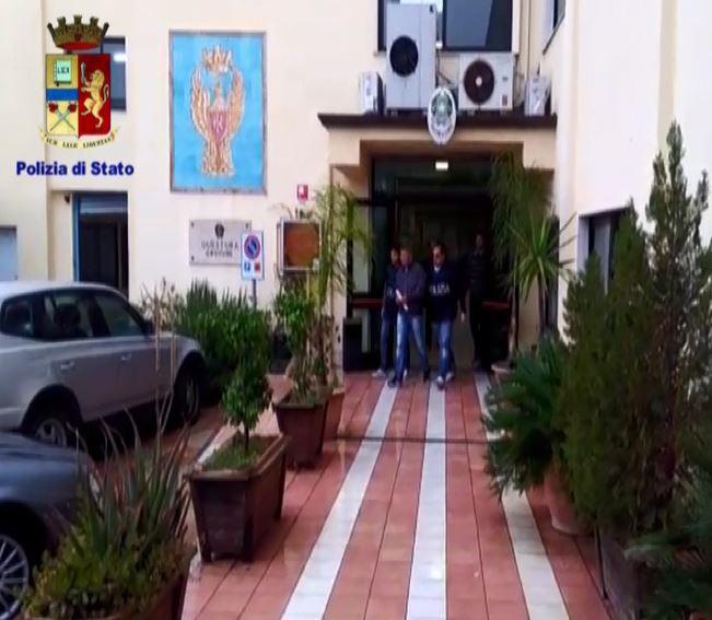 Estorsioni mafiose ai negozi di Catanzaro e Crotoneper pagare le spese dei detenuti, arrestato cutrese