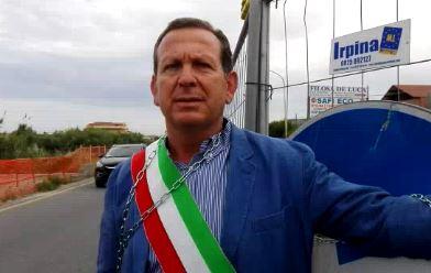 Lavori sulla strada statale 106 in piena estateSindaco si incatena nel cantiere nel Crotonese