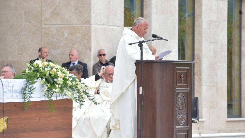 La Fondazione di Natuzza non ci sta e smentisce il vescovo«Nessun accordo segreto per la presidenza a vita a don Barone»