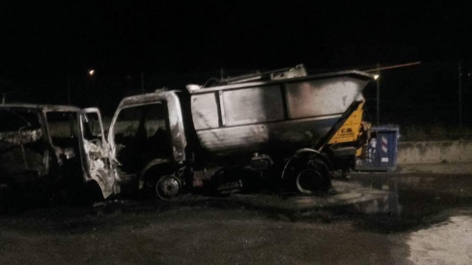 Due mezzi della raccolta differenziata in fiamme nel Catanzarese  Sarebbero stati distrutti con un incendio doloso