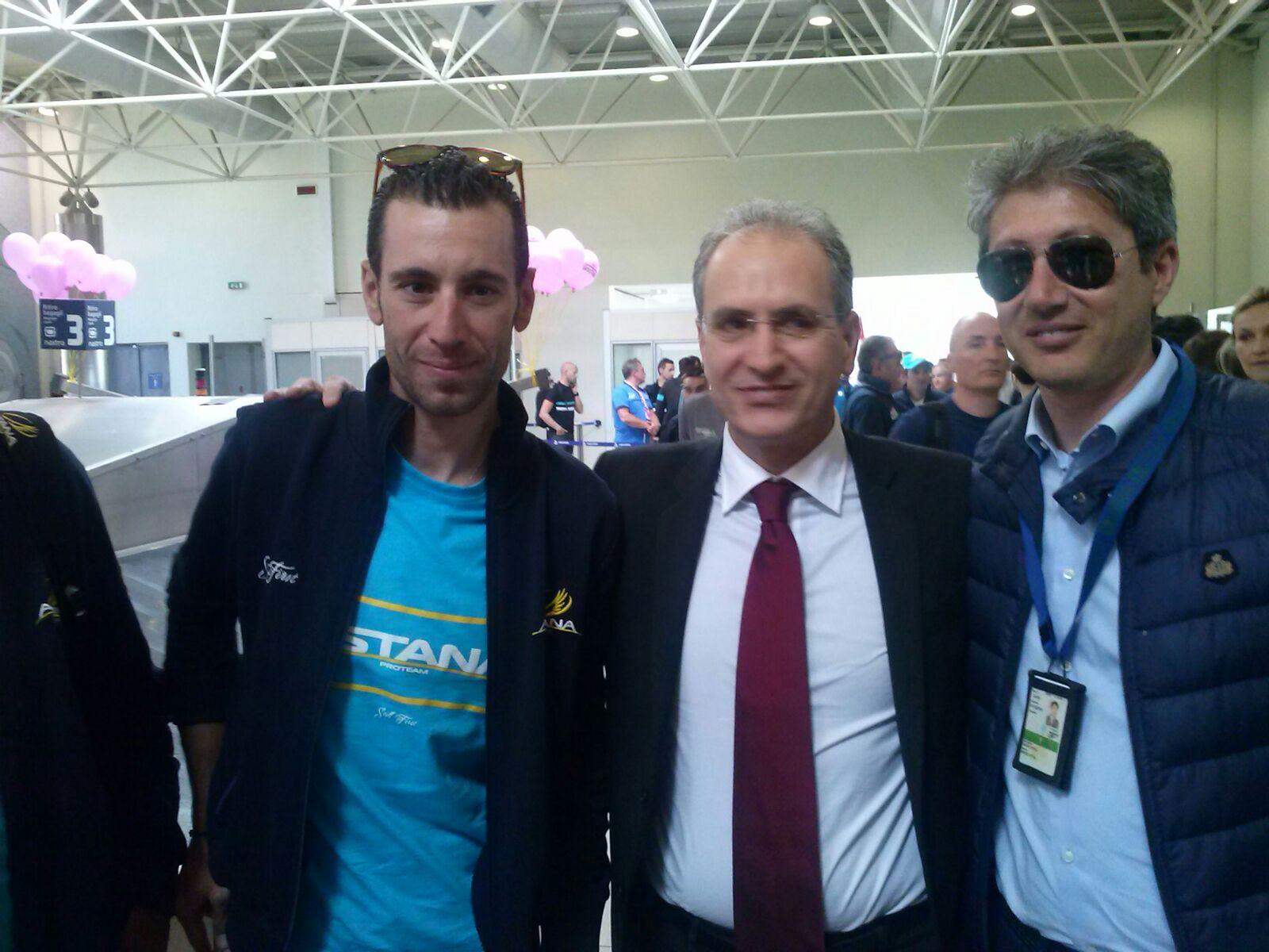 Giro d'Italia, ciclisti e carovana giunti a LameziaAccoglienza festosa in aeroporto, acclamato Nibali