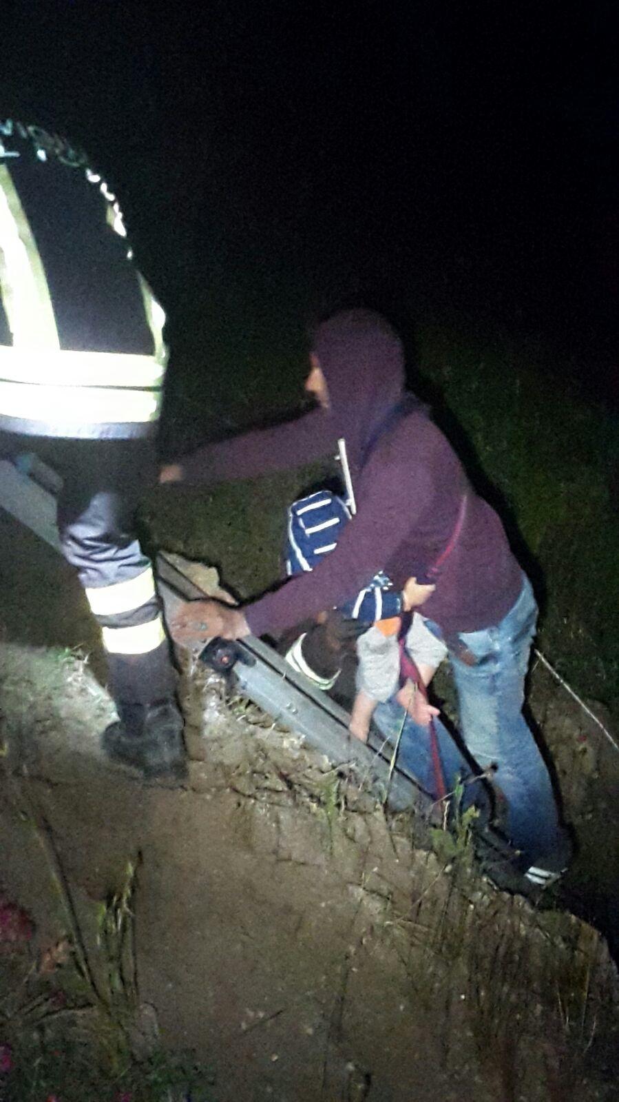 Sbarco di immigrati sugli scogli nel CrotoneseVigili del fuoco salvano 30 persone, 8 sono bimbi