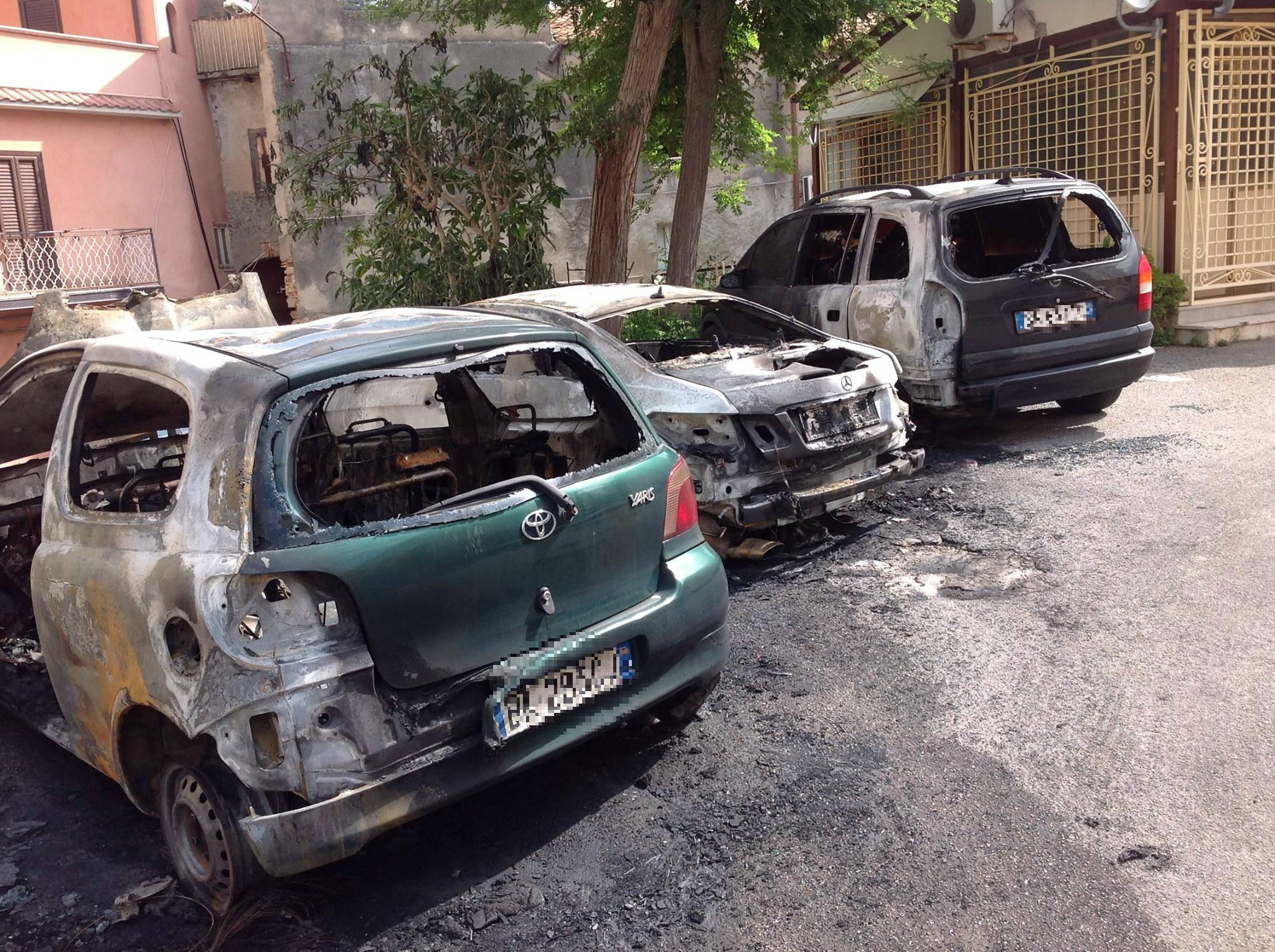 Notte di fuoco a Tropea, ignoti incendianotre autovetture: avviate le indagini