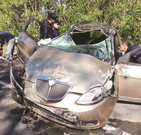 Morì in auto, al diciottenne che guidavanotificata l'accusa di omicidio stradale