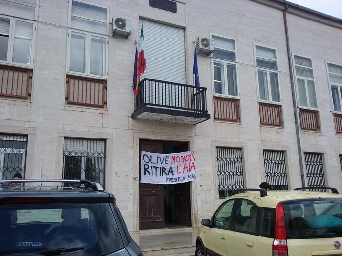 Attivisti occupano il comune di Celicoper chiedere di chiudere la discarica