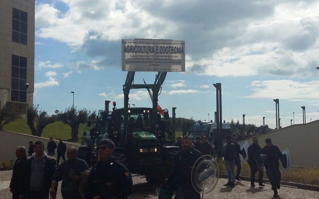 Le immagini della protesta degli agricoltori alla cittadella