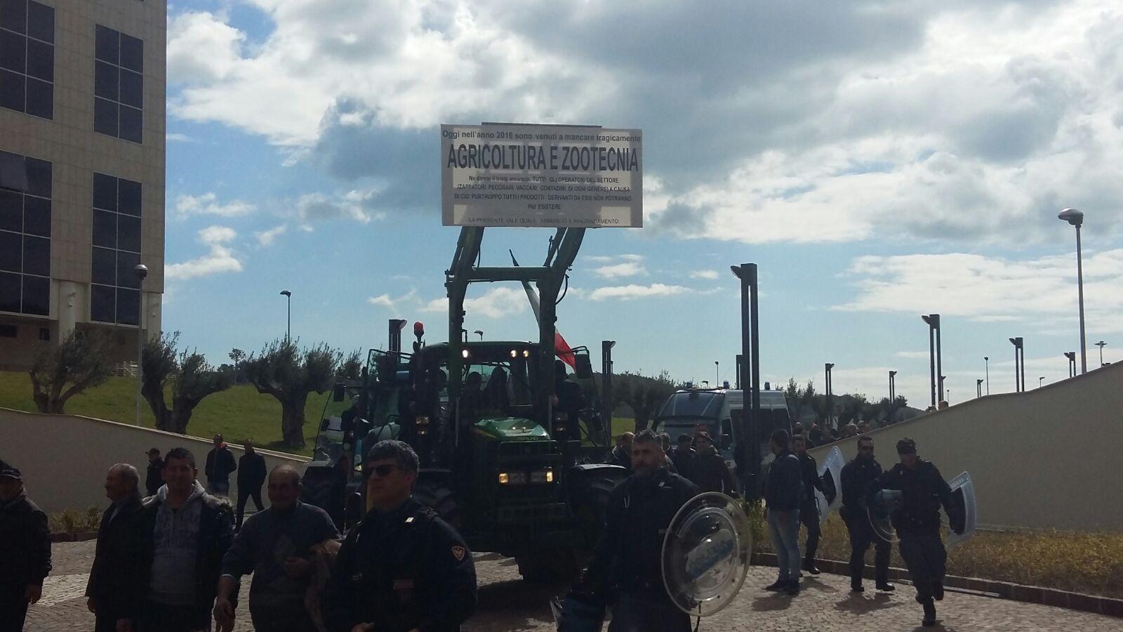 La protesta degli agricoltori crotonesiTrattori davanti la cittadella regionale