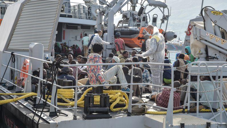 Migranti: a Salerno nuovo sbarco, sono almeno 1050, un centinaio dirottati in Irpinia: c'è anche un cadavere
