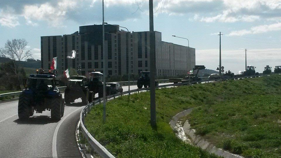 Gli agricoltori protestano davanti gli uffici della cittadella di Catanzaro