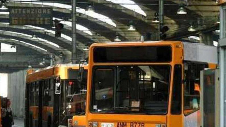 Napoli, baby gang blocca autobus: aggredito studente