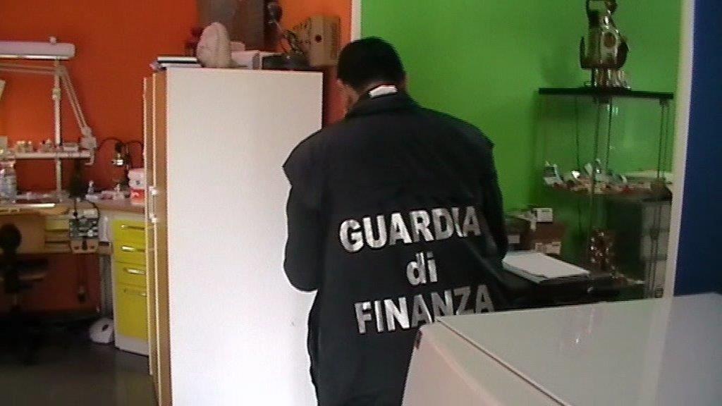 Curava i pazienti in uno studio fatiscenteLa Finanza scopre un falso dentista a Cosenza