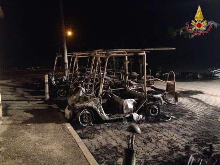 Incendiate a Gerace le auto elettriche per i turistiErano state appena inaugurate dal Comune