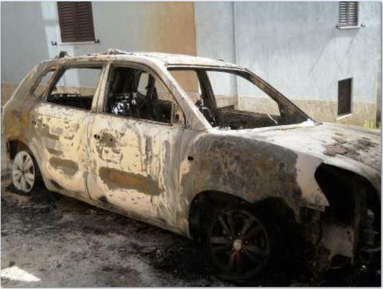 Auto in fiamme nella notte in provincia di Catanzaro, danni anche a un'abitazione