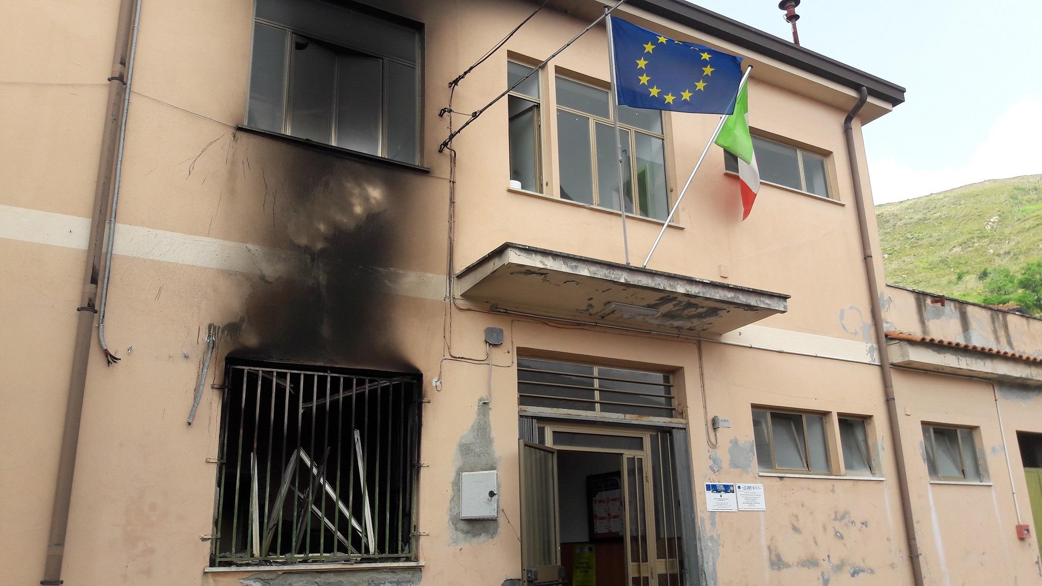 Incendio nei locali della scuola elementare e materna  Malviventi in azione nel Vibonese, danni ingenti