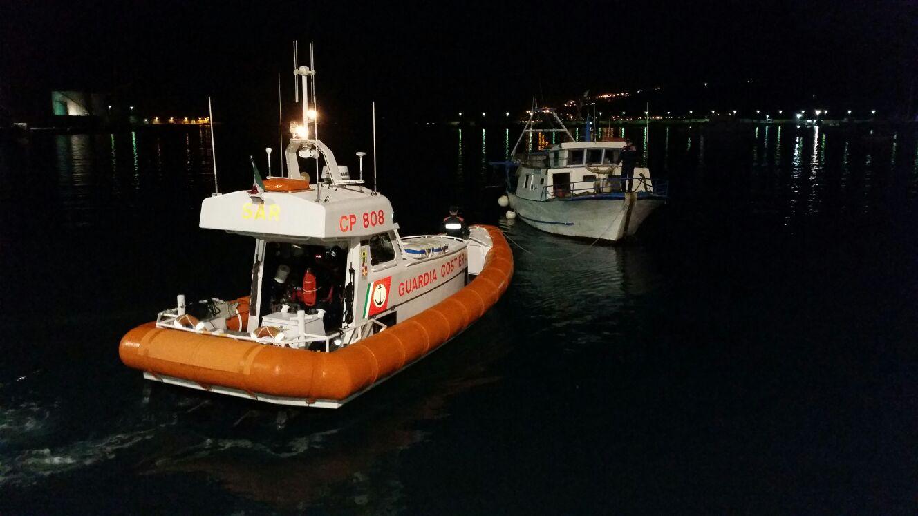 Peschereggio alla deriva recuperato dalla Capitaneria di Porto di Vibo Valentia