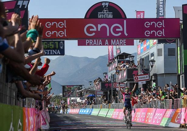 La festa del Giro d'Italia riparte da Catanzaro  Alla partenza l'entusiasmo di ciclisti e spettatori