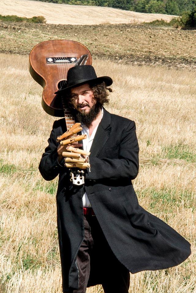 Vinicio Capossela a sorpresasul palco del Folk festival di Potenza
