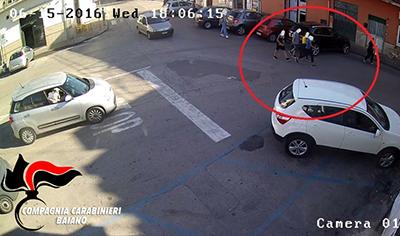 Prima le offese su facebook, poi la vendetta in strada: 2 ragazze picchiate da 4 coetanei