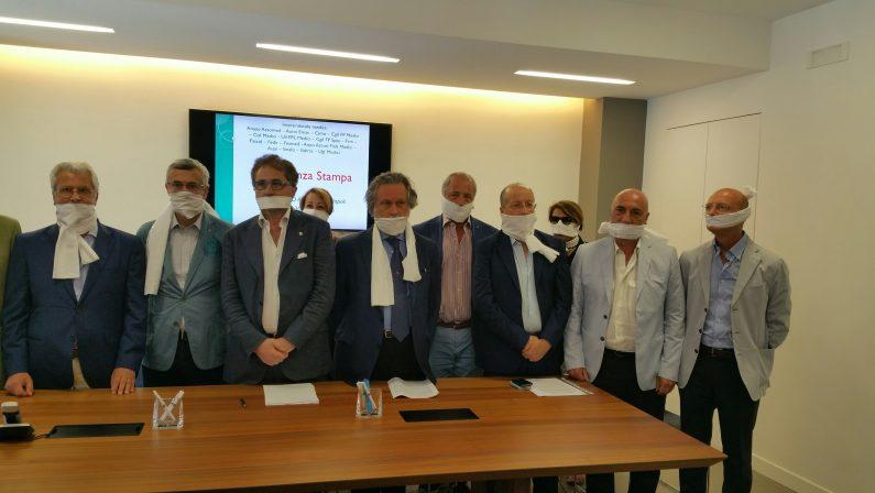 Tagli alla sanità: medici campani imbavagliati in segno di protesta