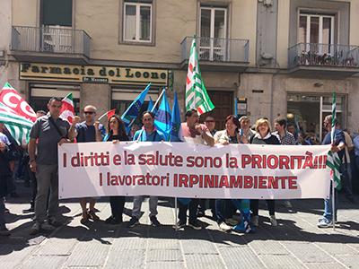 Rifiuti, raccolta al collasso e lavoratori irpini a rischi licenziamento: la protesta va in strada