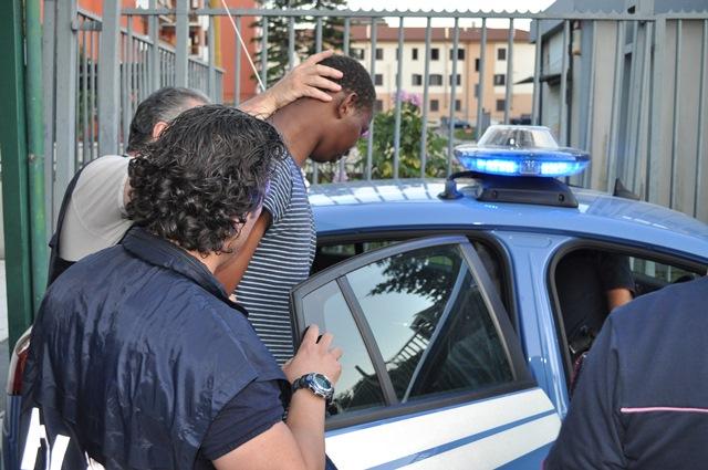 VIDEO – Avellino, un migrante accusato di violenza sessuale  Il trasferimento a sirene spiegate dopo l'arresto