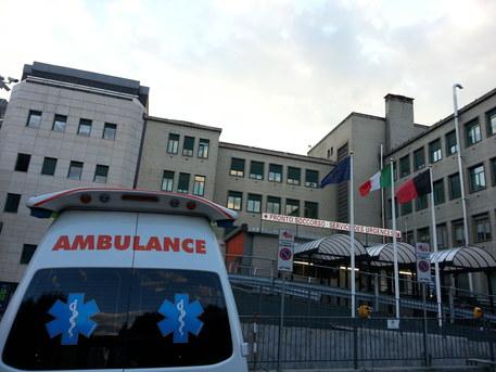 Si arrampica su un obelisco del centro storico di Napoli ma cade e muore a 23 anni