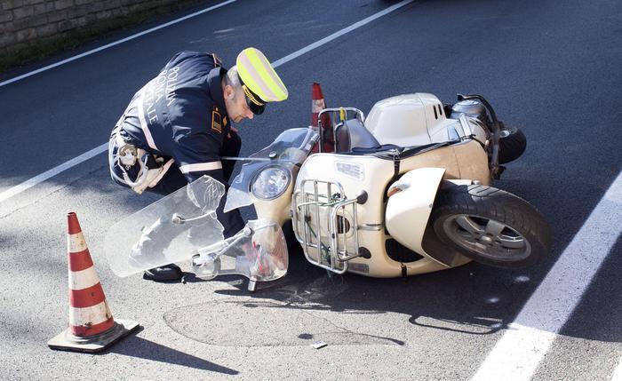 Pomeriggio di sangue sulle strade di Caserta: 17enne in motorino travolto da un autocarro e 37enne investito mentre è in bici