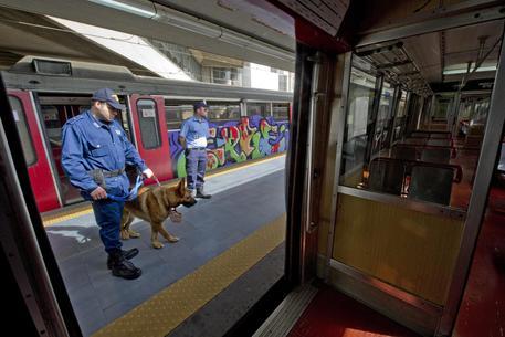 Napoli, sassaiola contro un treno della circum