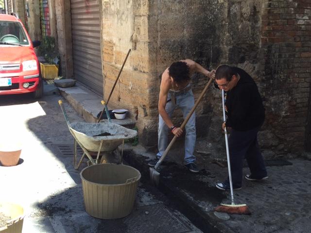 FOTO – Il borgo di Cosenza vecchia difeso dai cittadini