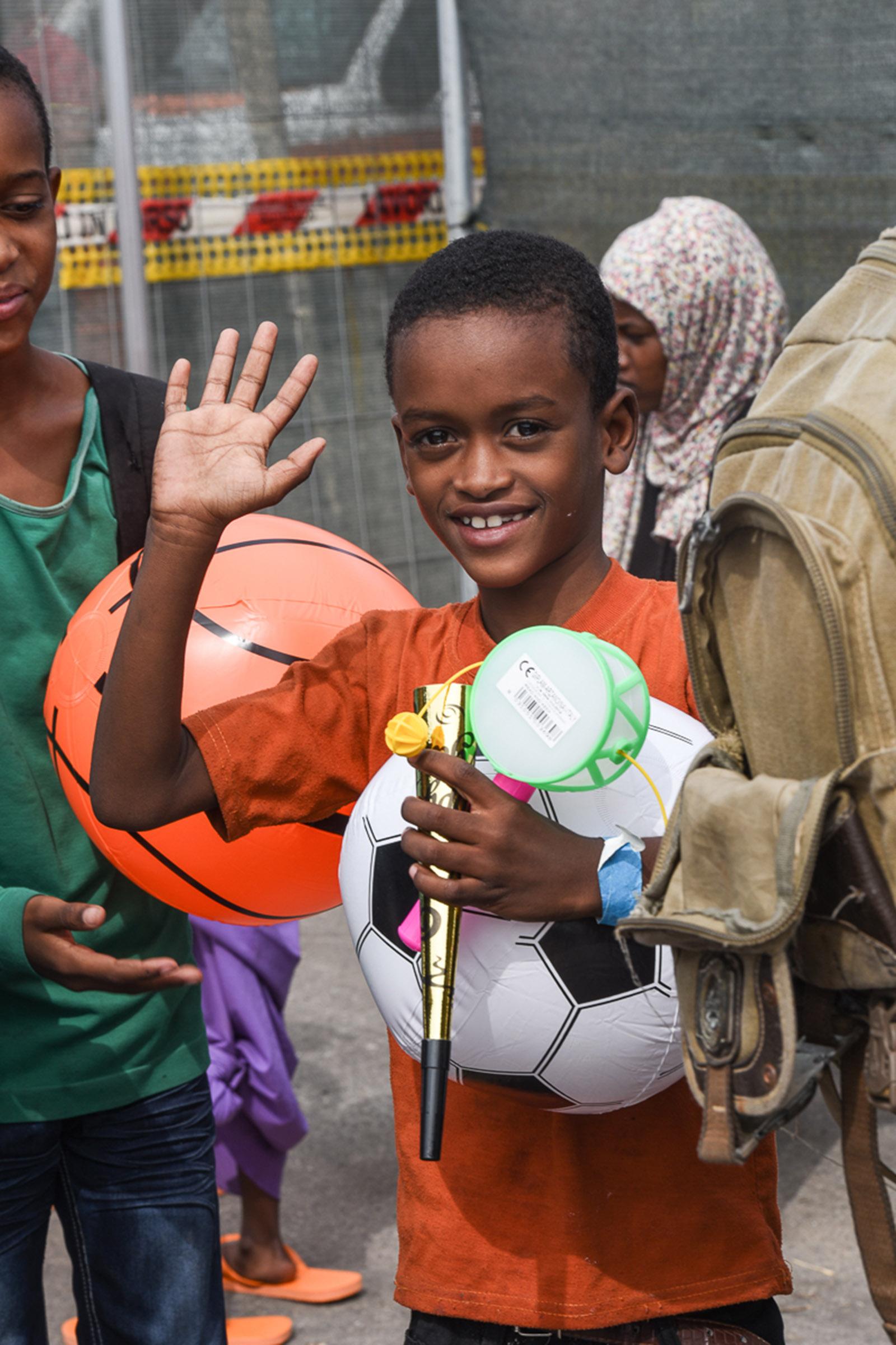 FOTO - Immigrati giunti nel porto di ViboTante le donne incinte e i bambini