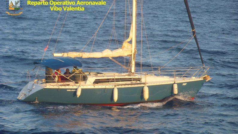 Veliero getta in mare gli immigrati nel CrotoneseI due scafisti inseguiti e arrestati al largo
