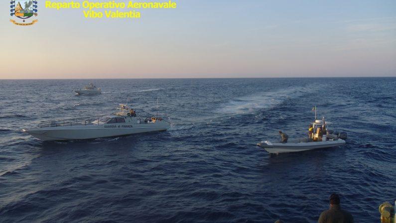 Barca con migranti in balia delle onde nel RegginoSalvati dalla guardia di finanza, c'è anche un neonato