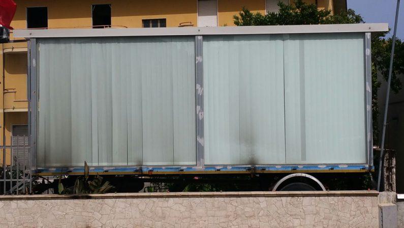Incendio danneggia un rimorchio nel ViboneseL'automezzo utilizzato per esporre mobili, indagini
