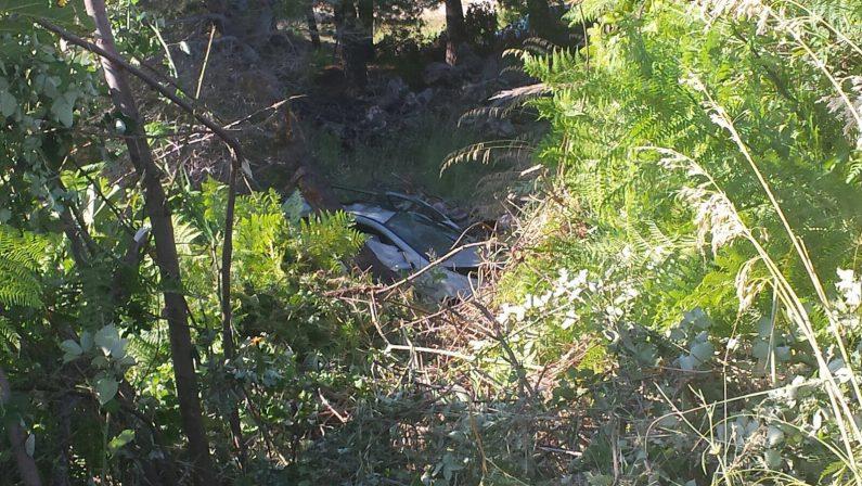 Incidente stradale nel Cosentino, due mortiPerde il controllo dell'auto e finisce in un dirupo