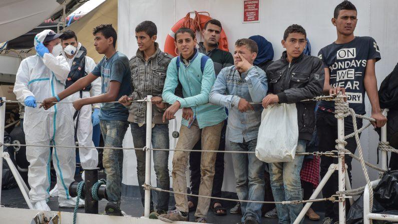 Poco cibo e senza servizi, trecento immigrati minoriasserragliati a Reggio Calabria per protesta