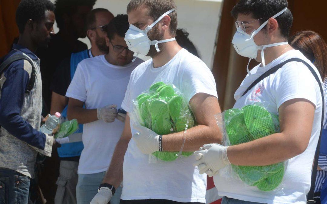 FOTO – Le immagini del nuovo sbarco di migranti  arrivati al porto di Reggio Calabria