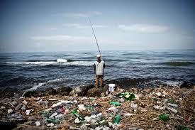 Cemento, scarichi fognari, pesca illegale, acquascooter da formula uno, nel mare della Campania si butta di tutto. I dati di Legambiente