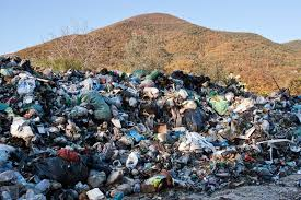 Bonifiche alle discariche, bufera in Campania: danno da 27 milioni. Coinvolti Bassolino e Caldoro e sindaci irpini