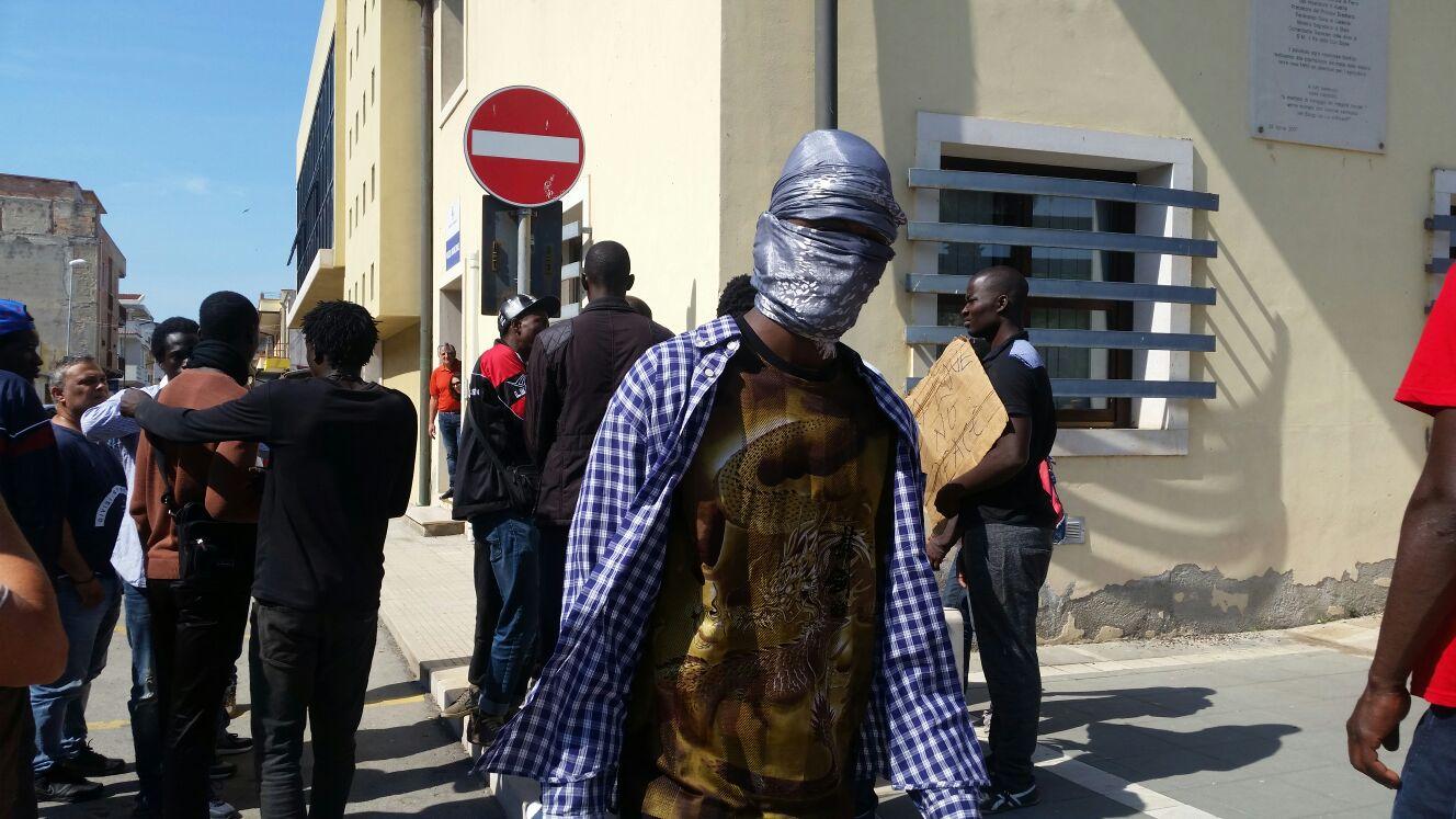 Immigrato ucciso da un carabinieri, a San Ferdinando  scattano rabbia e protesta: corteo, urla e tensioni