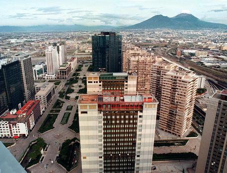 Napoli, rapinati di 5mila euro nel centro direzionale