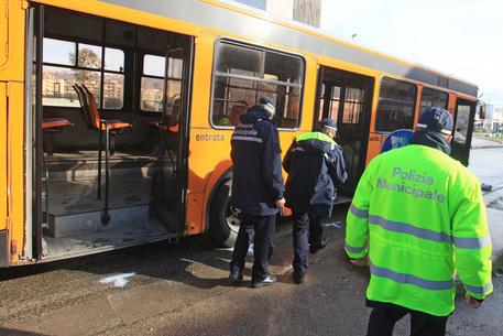 Bus in ritardo, autista aggredito brutalmente con un coccio di vetro