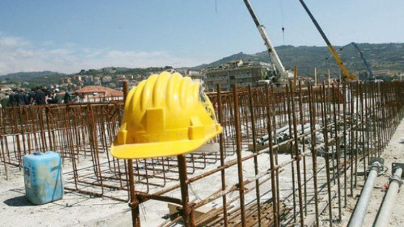 Ennesimo incidente sul lavoro, muore un operaio 53enneL'uomo è caduto nel vuoto durante i lavori ad una abitazione