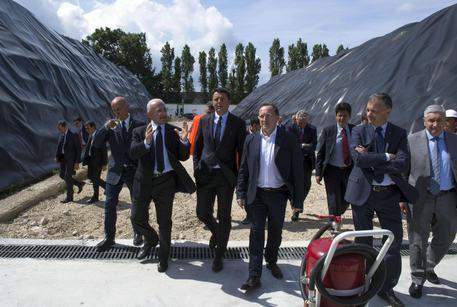 """Renzi promette: """"In Campania entro tre anni nessuna ecoballa"""""""
