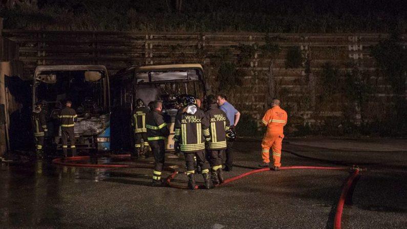 In fiamme due autobus delle Ferrovie della CalabriaCarabinieri indagano sul rogo avvenuto a Girifalco