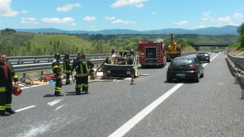 Spettacolare incidente in autostrada nel ViboneseSi ribalta un camper, soccorso un 60enne