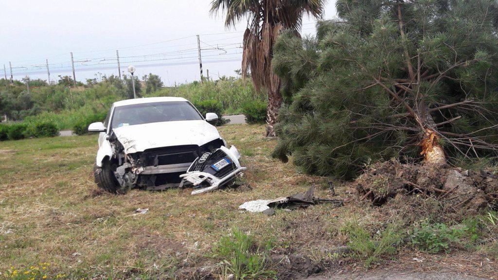 Auto sbanda e finisce contro un alberoPadre e figlio restano feriti nel Cosentino